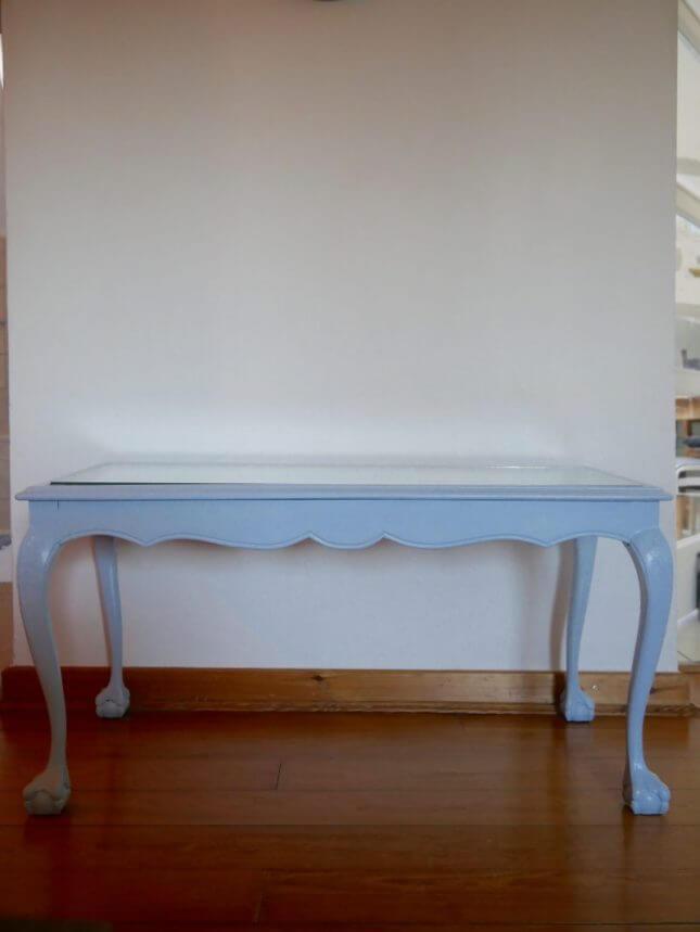 Hellblauer Vintage Tisch mit Glasscheibe