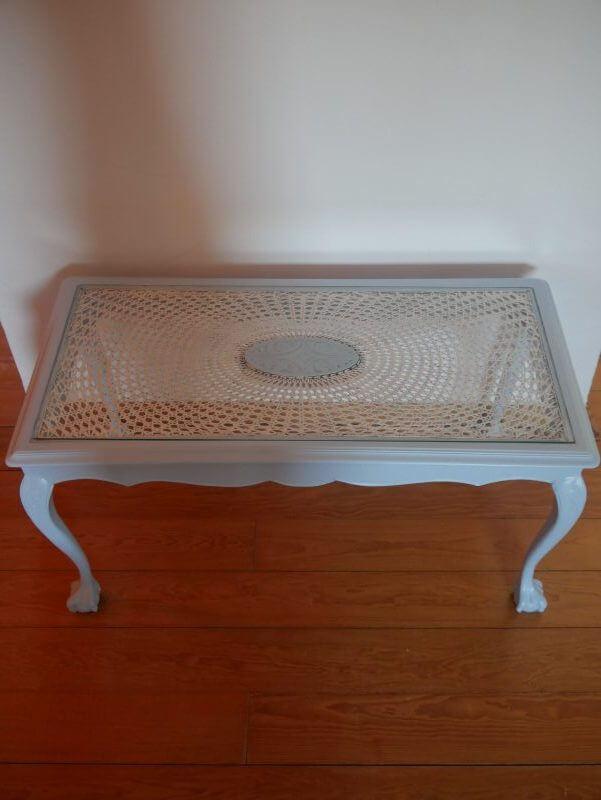 Hellblauer Vintage Tisch mit Glasscheibe Bild