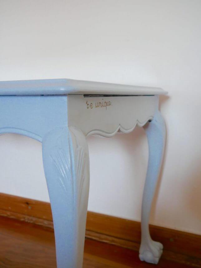 Hellblauer Vintage Tisch mit Glasscheibe Bild 3