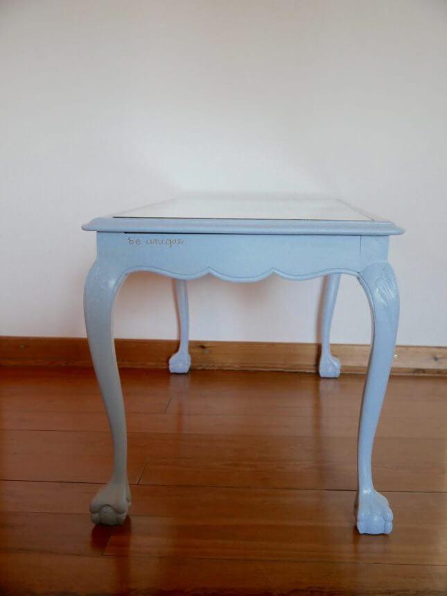 Hellblauer Vintage Tisch mit Glasscheibe Bild 4