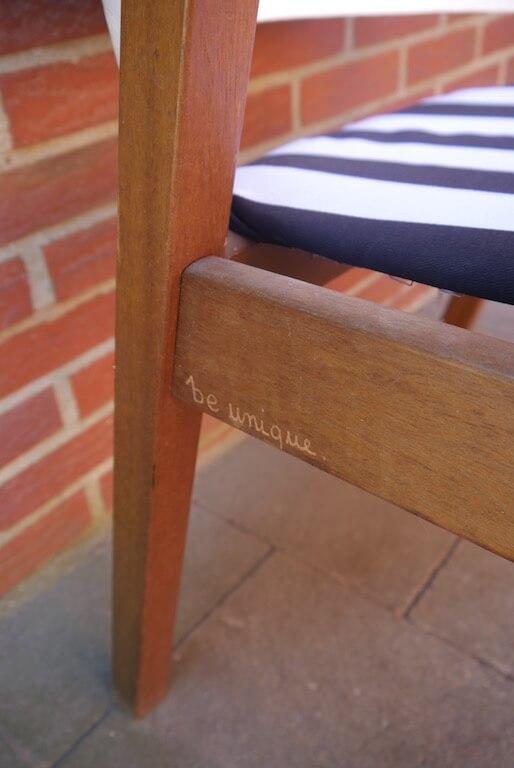 Armlehnenstuhl mit schwarz-weißem Sitzpolster