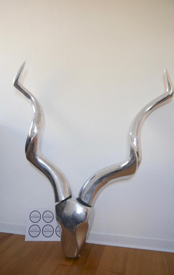 Silbernes Metall-Geweih im Industrie-Look