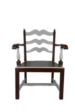 Tiefer Sessel aus Holz mit grauen Farbakzenten