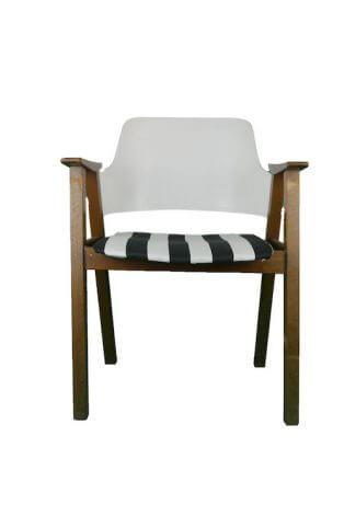 Armlehnstuhl mit schwarz-weißem Sitzpolster