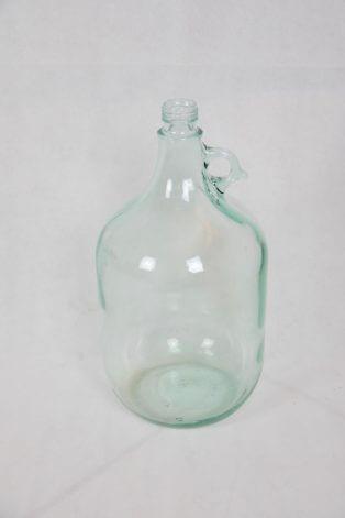 Durchsichtige bauchige Flasche mit verziertem Henkel