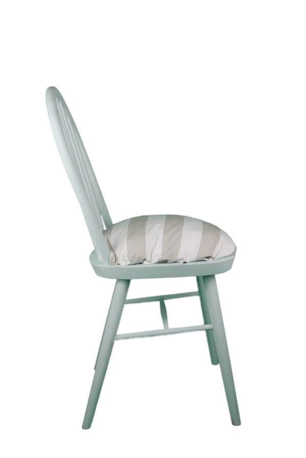 Holzstuhl mit beige-weiß gestreiftem Sitzpolster in Skandinavien Blau