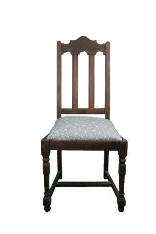 Großer Holzstuhl mit weichem Sitzpolster