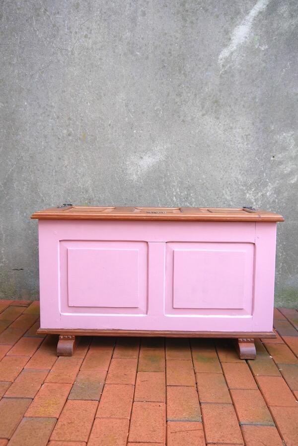 Alte Holztruhe mit rosa Farbhighlights