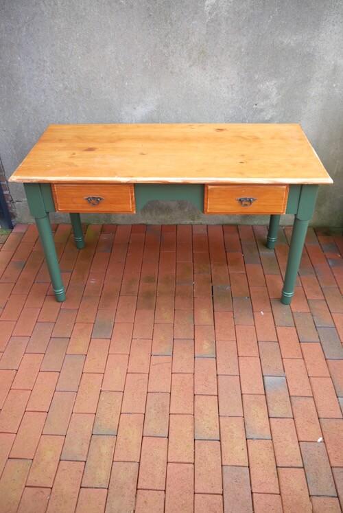 Vintage Holztisch mit gedrechselten Beinen in grün
