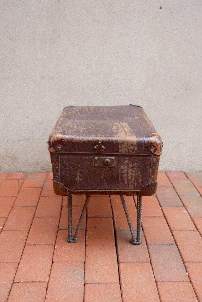 Alter Koffer auf Metallbeinen