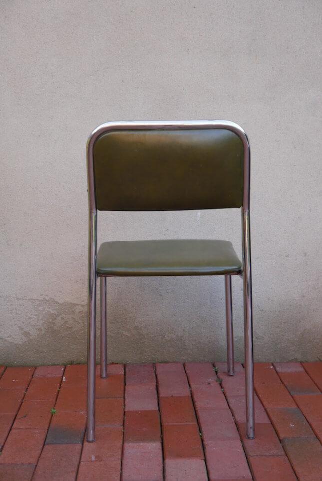 Gemütlicher grüner Metallstuhl