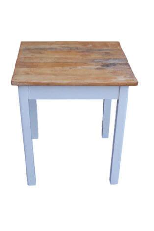 Alter Tisch im Landhausstil
