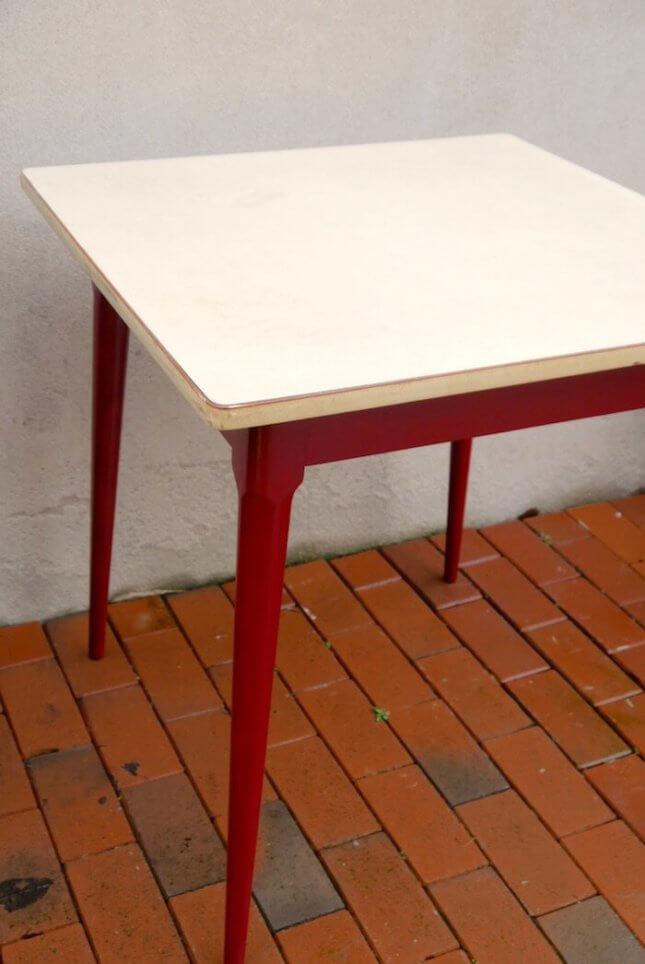 Roter Vintage Küchentisch mit Resopalplatte